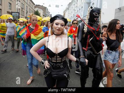 Mars les participants dans les rues lors d'une Gay Pride Parade ou mars de l'égalité dans le centre-ville de Kiev.Plusieurs milliers de militants gays et lesbiennes et d'associations ont défilé dans le centre de la capitale de l'Ukraine pour la pride parade annuelle. Photo Stock