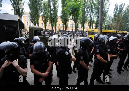 La police antiémeutes montent la garde pour éviter les collisions entre militants ultranationalistes Ukrainiens et les participants Gay Pride Parade à Kiev.Plus de 8 000 personnes se sont rendues à Kiev pour la Gay Pride Parade annuelle. La sécurité est serré que les militants d'extrême droite, a tenté de perturber la fête. Les manifestants, brandissant des drapeaux ukrainiens et arc-en-ciel et porter des costumes colorés, ont défilé dans le centre de la capitale, alors que des milliers de policiers et de troupes de la Garde nationale étaient là, pour assurer l'ordre. Photo Stock