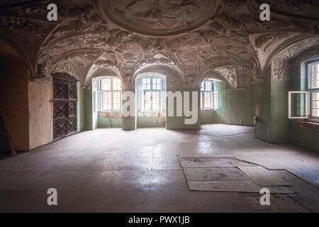 Vue intérieure d'une chambre avec un beau plafond dans un château abandonné en Allemagne. Photo Stock