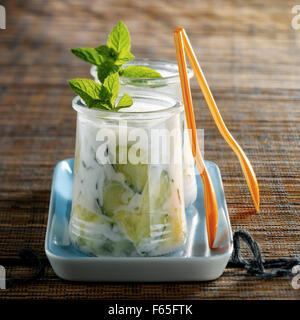 Dans les pots de yaourt Tzatziki Photo Stock