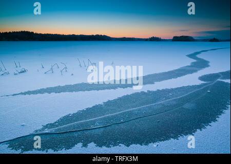 Au début de l'hiver matin à Hvalbukt dans le lac Vansjø en Østfold, Norvège. Le lac Vansjø et ses lacs et rivières sont une partie de l'eau appelé système Morsavassdraget. Vansjø est également le plus grand lac d'Østfold. Photo Stock