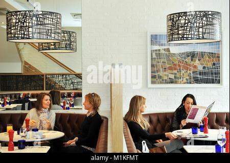 Mesdames qui déjeuner au restaurant Yorkshire UK Photo Stock