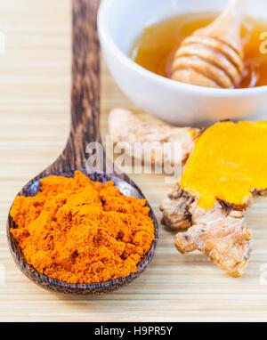 Natural Spa ingrédients . - Le curcuma et le miel pour les soins de la peau. Photo Stock