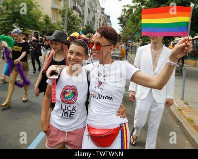 Un participant est titulaire d'un drapeau arc-en-ciel lors d'une Gay Pride Parade ou mars de l'égalité dans le centre-ville de Kiev.Plusieurs milliers de militants gays et lesbiennes et d'associations ont défilé dans le centre de la capitale de l'Ukraine pour la pride parade annuelle. Photo Stock