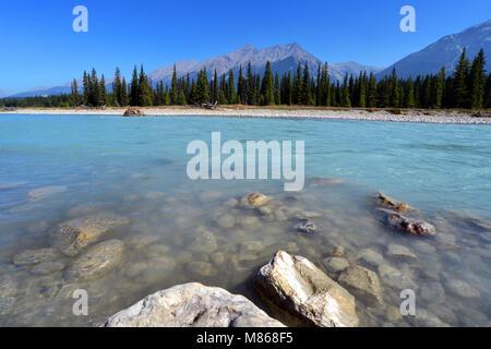 Rocheuses canadiennes des eaux bleu turquoise de la rivière Kootenay, dans le parc national du Canada Kootenay Photo Stock