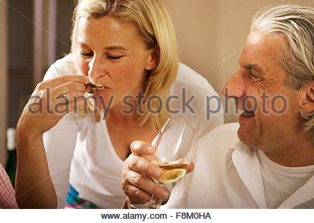 Femme blonde et l'homme aux cheveux gris à l'occasion d'une fête Photo Stock