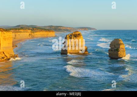 Les cheminées en pierre calcaire des Douze Apôtres le long du littoral côtier à Princetown, Great Ocean Road, à Victoria, Australie Photo Stock