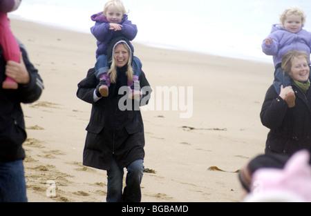 Photographie d'enfants les vacances d'hiver, la famille exercice beach Photo Stock