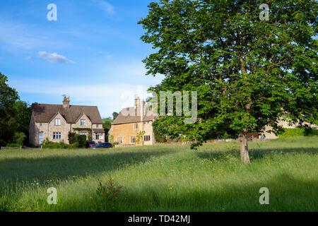 Maisons en pierre de Cotswold Wyck Rissington dans la lumière de fin de soirée, Cotswolds, Gloucestershire, Angleterre Photo Stock