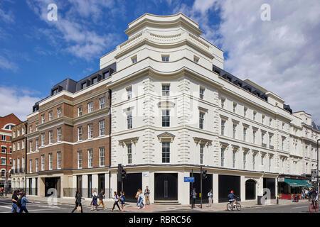 Sunlit élévation avant de l'autre côté de la rue. 8 Bloomsbury, Londres, Royaume-Uni. Architecte: Buckley Gray Yeoman, 2017. Photo Stock