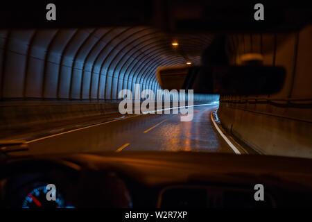 Vue du conducteur, la conduite dans un tunnel routier, îles Lofoten Photo Stock
