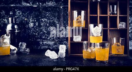 Vodka jaune sur les rochers Photo Stock