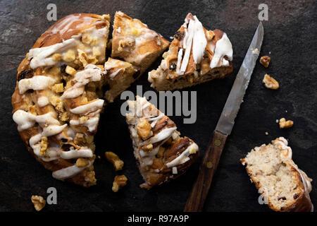 Pomme, noix et à la cannelle couper en morceaux avec un couteau. Photo Stock
