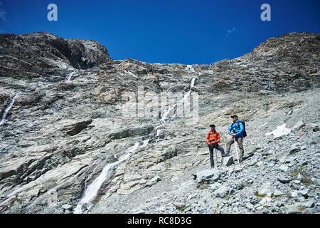 Les randonneurs s'arrêter pour casser, Mont Cervin, Matterhorn, Valais, Suisse Photo Stock