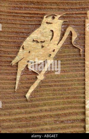 Phragmite des joncs Acrocephalus schoenobaenus wood carving grain direction symbole chanter chanter relief brun Photo Stock
