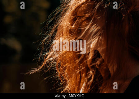 Vent qui souffle les cheveux rouges de Caucasian woman Photo Stock