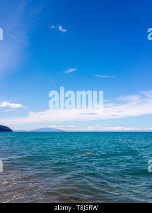 Homme natation en mer, Toscane, Italie Photo Stock