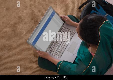 Portrait de jeune fille rurale using laptop Photo Stock