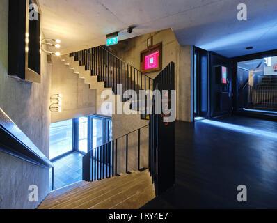 Escalier menant aux salles de projection. Pálás Cinéma, Galway, Irlande. Architecte: dePaor, 2017. Photo Stock