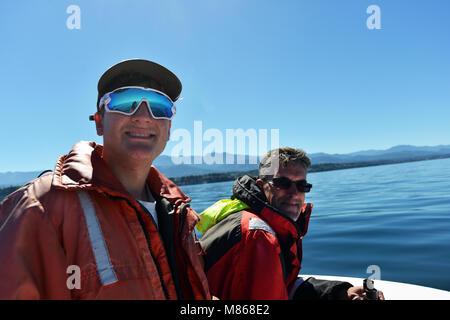 Père et fils l'observation des baleines au large de la côte de l'île de Vancouver, Colombie Photo Stock