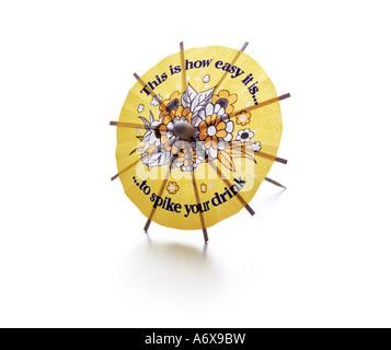 Un cocktail parapluie avec un message sérieux. Verre dopé Photo Stock