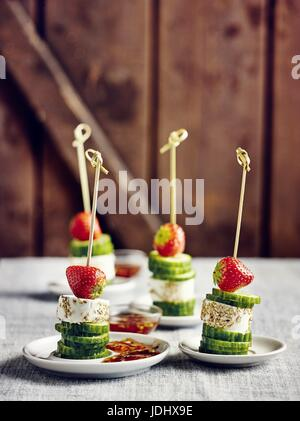 Brochettes de fromage de chèvre avec trempette fruité Photo Stock