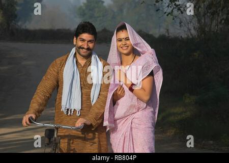 Portrait of a happy couple rural dans une rue de village. Photo Stock
