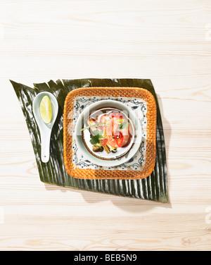 Soupe de crevettes et citronnelle, plat de style asiatique. Photo Stock