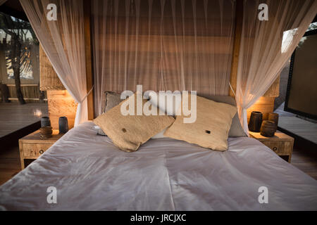 Vue d'un lit à baldaquin vide Photo Stock