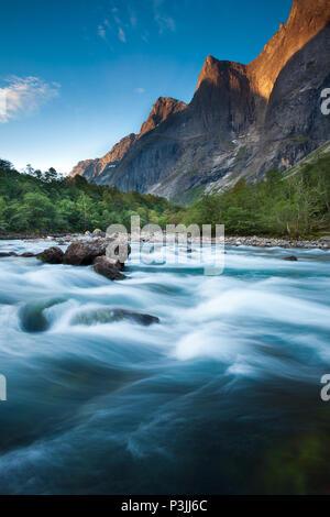 Au début de l'automne matin dans la vallée de Romsdalen, Møre og Romsdal (Norvège). Photo Stock