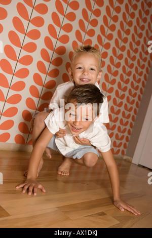 Deux jeunes garçons jouant Photo Stock