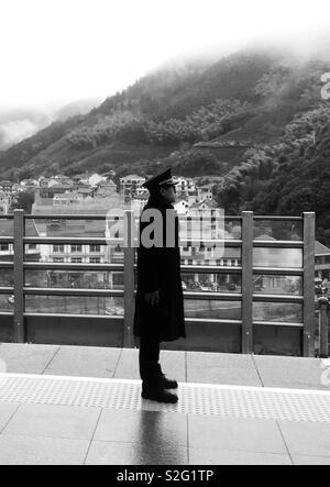 Au niveau de la plate-forme de la gare de Hangzhou. Les hommes travailleurs 💪 Photo Stock
