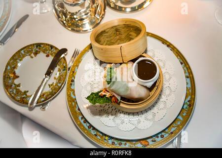 Hors d'oeuvre Spring roll servie au dîner dans le Maine salle à manger de l'Océanie Cruise line Ship Nautica © Myrleen Pearson ...Ferguson Cate Photo Stock