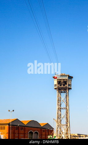 Low angle view of overhead cable car, Barcelone, Catalogne, Espagne Photo Stock