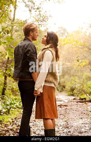 La femme et l'homme sur le point de baiser. Photo Stock