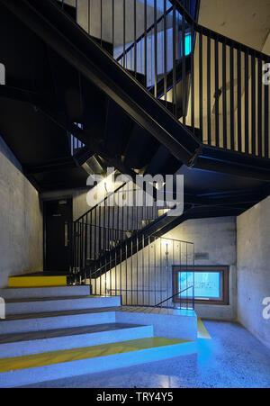 Escalier en béton et d'atterrissage d'escalier acier en porte-à-faux. Pálás Cinéma, Galway, Irlande. Architecte: dePaor, 2017. Photo Stock