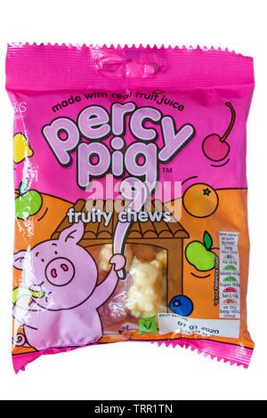 Sac de Marks & Spencer percy pig fruité des bonbons à mâcher isolé sur fond blanc - Percy Pig la saveur de ses fruits bonbons à mâcher Photo Stock