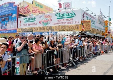 Des foules de personnes se sont réunies pendant l'événement, la 37e parade annuelle de sirène a eu lieu à Coney Island, à New York. C'est la plus grande parade de l'art aux Etats-Unis et l'un des plus grands de la ville de New York les évènements de l'été. Photo Stock