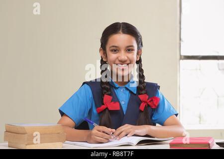 La fille rurale, en uniforme d'étudiant Photo Stock