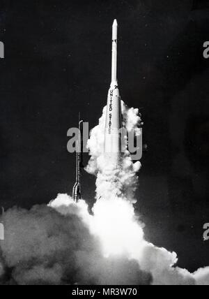 Photographie prise lors du lancement de Syncom 2, premier satellite de communication géostationnaire il. En date du 20e siècle Photo Stock