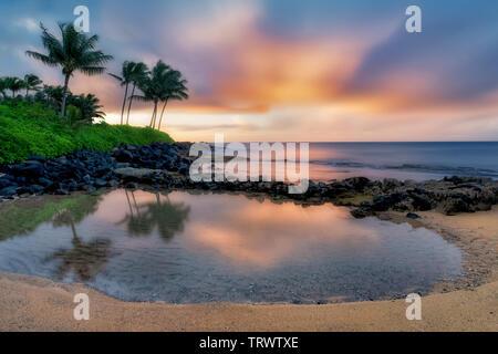 Miroir d'eau et de soleil., Keiki Cove. Poipu, Kauai, Hawaï Photo Stock