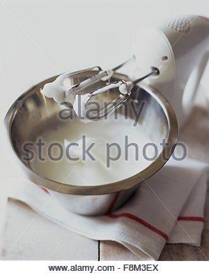 Mélanger les blancs d'oeufs pour faire la meringue Photo Stock