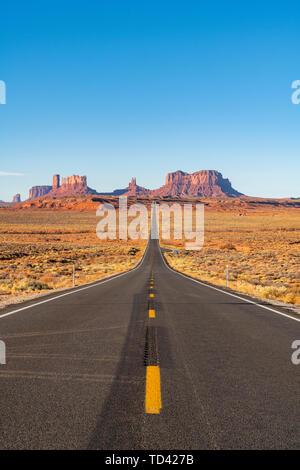 La route menant jusqu'à Monument Valley Navajo Tribal Park sur la frontière Arizona-Utah, États-Unis d'Amérique, Amérique du Nord Photo Stock