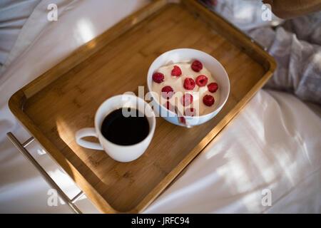 Petit-déjeuner sain et le café sur le bac Photo Stock