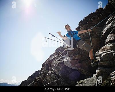 À l'aide de corde pour monter randonneur roche, Mont Cervin, Matterhorn, Valais, Suisse Photo Stock