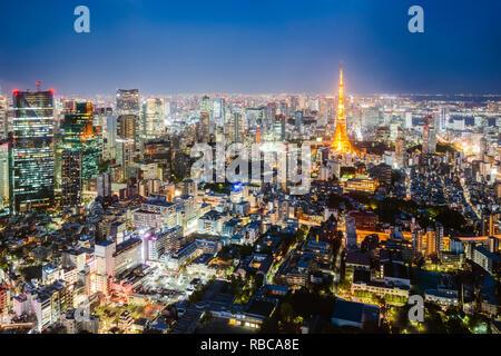 La tour de Tokyo et de la ville au crépuscule, Tokyo, Japon Photo Stock
