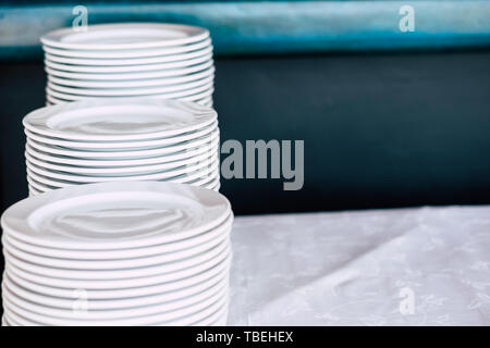 Pile de vaisselle propre blanc sur une table - close up d'animaux cuisine pour le traiteur ou restaurant business concept Photo Stock