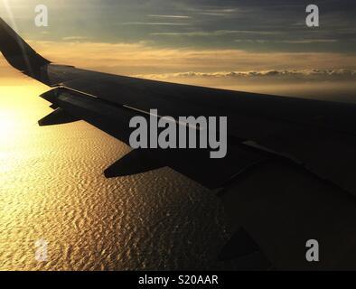 Coucher du soleil doré de la fenêtre plan Photo Stock