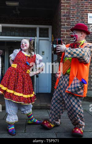 L'Angleterre, Londres, l'Assemblée annuelle de l'Église au service de clowns Grimaldi All Saints Church, West Bay, Groupe de clowns de prendre des photos Photo Stock