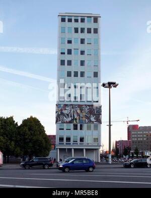 L'architecture communiste est-allemand avec un bloc de bureau; l'époque communiste, murale dédiée à pharmaseutical la production. Berlin, Allemagne 2017 Photo Stock
